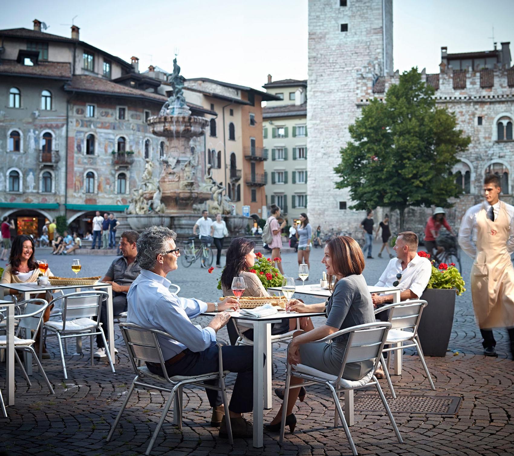 Cafe in Italien mit Brunnen im Hintergrund